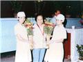 年轻护士向梁季华献花