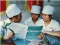 1988,梁季华指导年轻护士学习