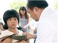 医生为孩子们听心音