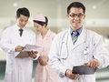春晴的主刀医生、广州军区广州总医院口腔科汪维健副主任在介绍春晴的病情。
