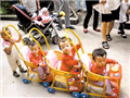 重庆的三胞胎姐妹在小区里玩