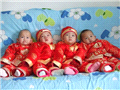 四个小宝宝穿着喜庆衣服