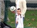 贝克汉姆亲自传授儿子球技