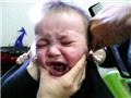 抓拍宝宝不愿理发时的超�蹇尴�