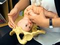 妇科医生使用模拟教具认真学习