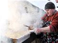 让人瞠目的乌克兰宰猪节:游客品尝猪肉宴