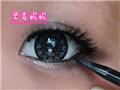 黑色眼线画满下眼睑