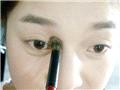 鼻梁两侧打上阴影,营造高眉骨高鼻梁的视觉