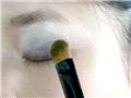 内眼皮刷上深紫色眼影