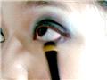下眼线处也要扫上深色眼影