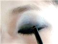 画上粗粗的黑色眼线