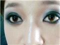 给两只眼睛都画上吸血鬼眼妆