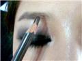 然后是眉毛,用眉笔加粗加重眉毛的轮廓和颜色