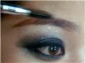 用眉刷将眉笔的痕迹刷均匀,刷自然