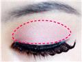 用淡粉色眼影充满红色虚线