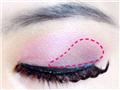 用紫色眼影充满红色虚线