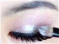 内眼皮处刷上银白色胶状眼影