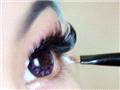 下眼线处也要刷上白色的提亮眼影