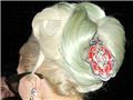 """盘点""""雷母""""GAGA的雷人发型和头饰"""