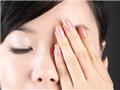 待护肤品全部吸收后,将手搓热,掌心轻敷于双眼数到10。