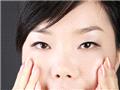 用食指、中指和无名指轻轻点下眼睑,舒缓眼部肌肤。
