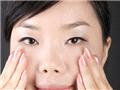 用食指、中指和无名指沿着下眼眶从眼角到眼尾的方向按摩3次。