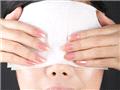 准备纱布或小毛巾,利用冷水与热水交替敷,直接从鼻梁横向盖住眼鼻,同时指腹向外滑动,利用温度加速血液循环。