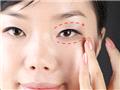 无名指沾上少许眼霜,在上下眼皮处滑动按压,达到舒缓过敏肌肤与镇静的效果。