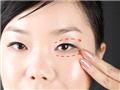 待眼霜被均匀按压于眼周后,用中指和无名指进行眼周按摩,利用指腹分别从上、下眼头往外滑动。