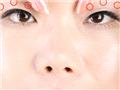 分别按压上下眼周的前、中、後三点,紧致上眼睑肌肤,防止眼皮下垂。