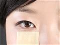 泪沟明显的人,将化妆棉剪成小块,沾湿化妆水后湿敷在泪沟处。
