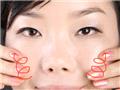 全脸按摩由下往上画圈,会感觉到微微的温热感,并伴随着香氛做深呼吸。