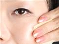 将化妆水充分沾湿化妆棉,油性或混和性肌肤擦拭全脸,干性肌肤则轻轻拍打。