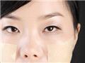 将化妆棉贴在容易干燥的两颊,当做面膜达到深层保湿,让肌肤恢复透亮感。照着做你们也可以有透亮肌喔。