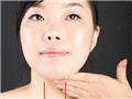 微微抬头,将四指指腹紧贴下巴位置,由上而下缓慢柔和的,按摩到锁骨部位後,稍稍施力道往下轻压后放开。