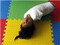 秘鲁8岁无四肢女孩锻炼拟安仿生臂