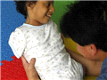 康复中心医护人员在帮助无四肢女孩鲁伊斯锻炼
