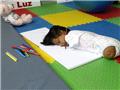 无四肢女孩鲁伊斯在拉卢斯医院康复中心里练习画画