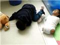 鲁伊斯与弟弟在地板上玩耍