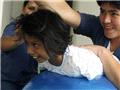 医护人员在帮助无四肢女孩鲁伊斯锻炼