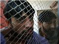 两名男性吸毒者在戒毒诊所等待戒毒治疗。