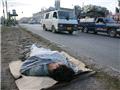 一名吸毒者躺在公路边的一片木板上。巴基斯坦执法部门几乎不去理会低端毒贩和吸毒者。