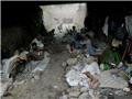 一群吸毒者寄居在天桥下的瓦砾间。