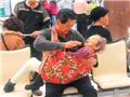 台湾62岁孝子用花布包母求医 被称为第25孝