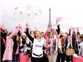 法女性向高空扔乳罩 呼吁关注乳癌
