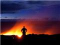 摄影师冒死拍摄地狱般的最活跃火山