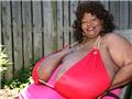 """美女子保持""""最大天然乳房""""世界纪录12年"""