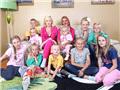 40岁母亲生育14个孩子组成英国最大家庭