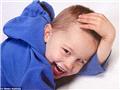 """四岁前,扎克一直是个""""正常小男孩"""",拍照也喜欢弄前额头发。"""