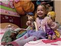 现在的扎克留着发辫、穿女孩衫裙,房间里满是布娃娃,十足女孩模样。